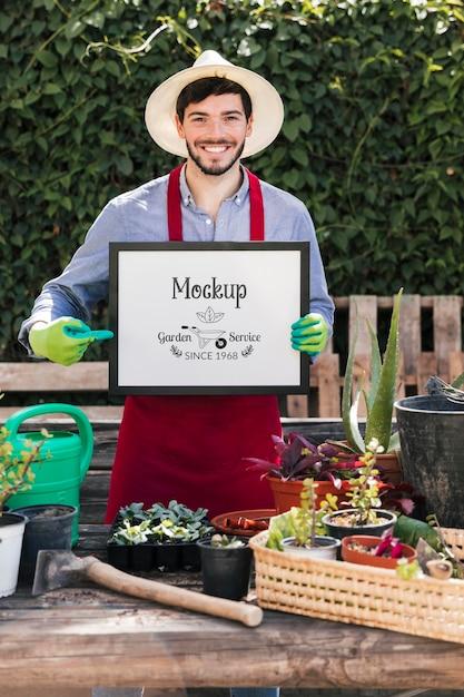 モックアップサインを保持している庭師 無料 Psd