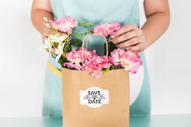 Садоводство концепции с женщиной, готовит сумку с цветами Бесплатные Psd
