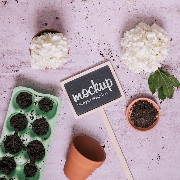 Elementi di giardinaggio con piccolo mock-up di lavagna Psd Gratuite