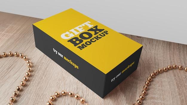 Подарочная коробка макет на деревянный стол Premium Psd