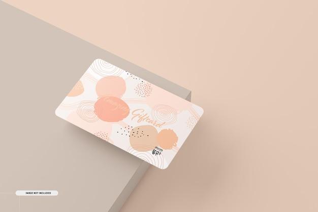 테이블에 선물 카드 모형 무료 PSD 파일