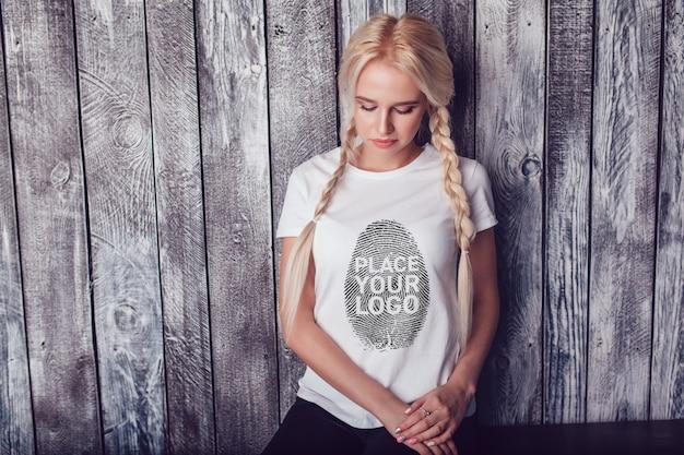 소녀 티셔츠 목업 무료 PSD 파일