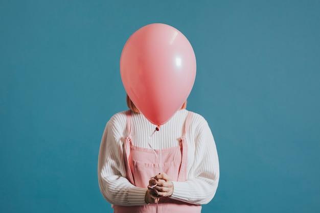 Девушка с розовым гелиевым шариком Бесплатные Psd