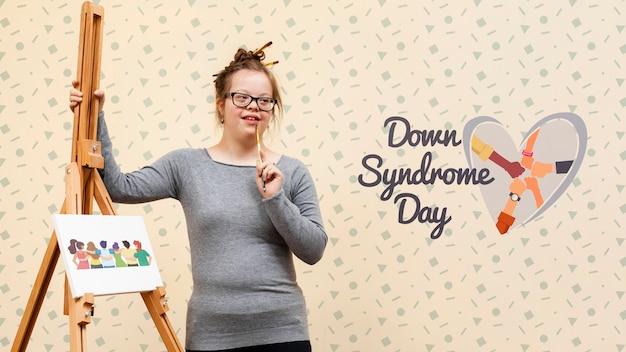 Девушка с синдромом дауна позирует с макетом холста Бесплатные Psd