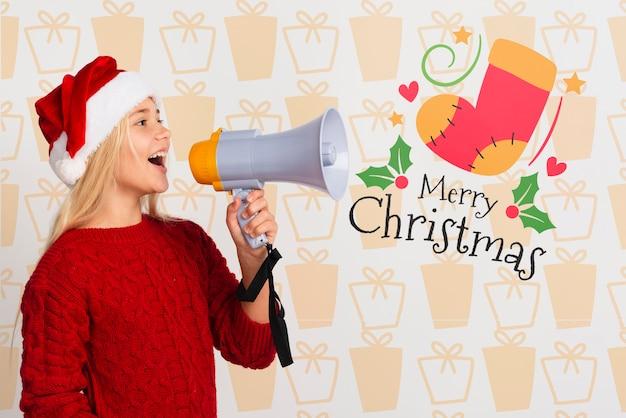 Ragazza con cappello santa utilizzando il megafono Psd Gratuite