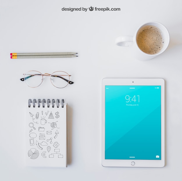 Glasses, notebook, pencils, tablet and coffee Premium Psd