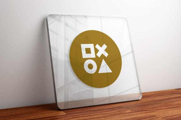 나무 테이블에 유리에 골드 로고 모형 프리미엄 PSD 파일