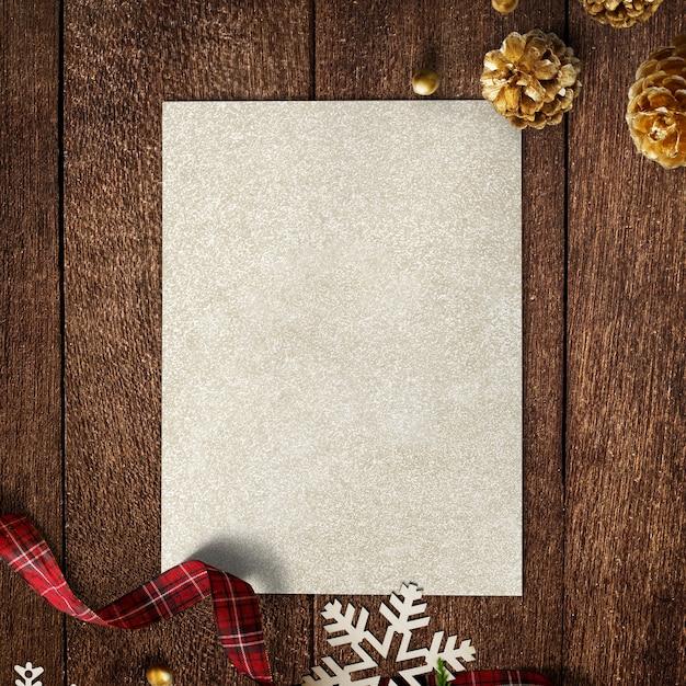 나무 배경에 크리스마스 장식과 금 종이 모형 무료 PSD 파일