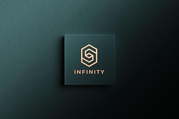 Golden logo mockup on green paper Premium Psd