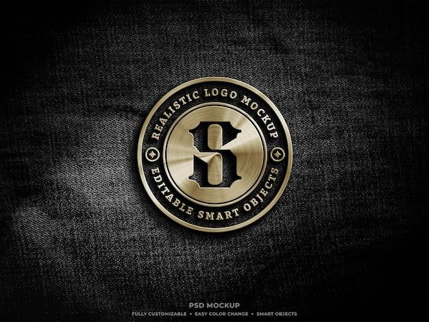 Мокап с золотым металлическим логотипом на грубой черной джинсовой ткани Premium Psd