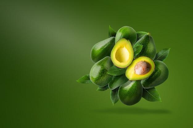 Зеленый спелый авокадо, изолированных на зеленый. Premium Psd