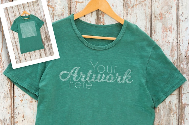 Green t-shirt with pocket on hanger Premium Psd