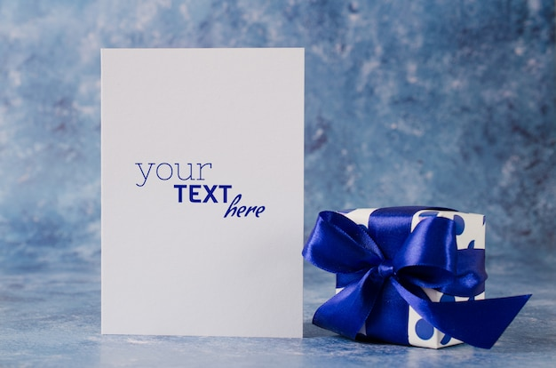 Greeting card for father's day or birthday. gift box with blank white paper Premium Psd