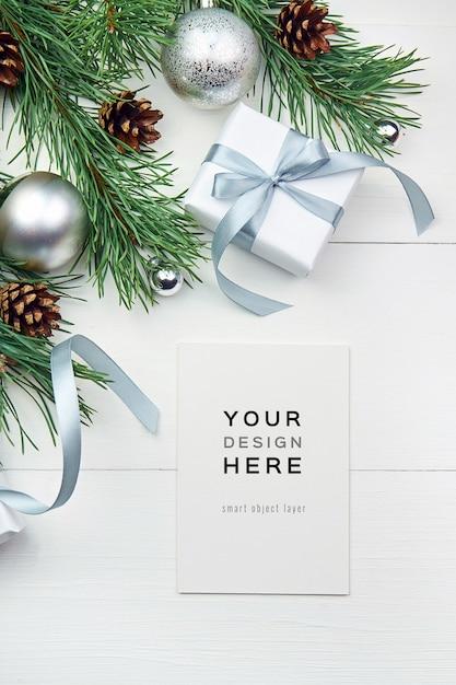 흰색 나무 바탕에 크리스마스 장식과 인사말 카드 모형 프리미엄 PSD 파일