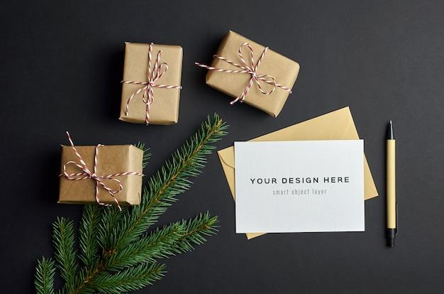 크리스마스 선물 상자와 전나무 나무 가지 어두운 인사말 카드 모형 프리미엄 PSD 파일
