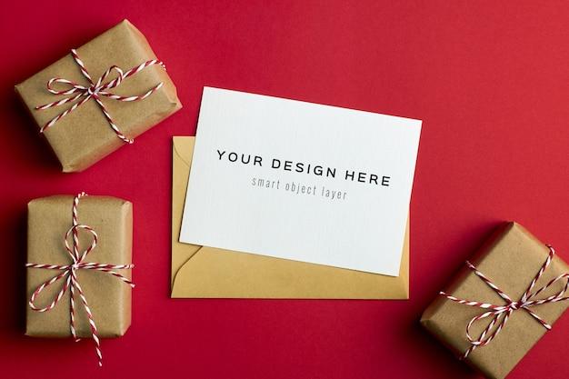 빨간 종이 배경에 크리스마스 선물 상자 인사말 카드 모형 프리미엄 PSD 파일