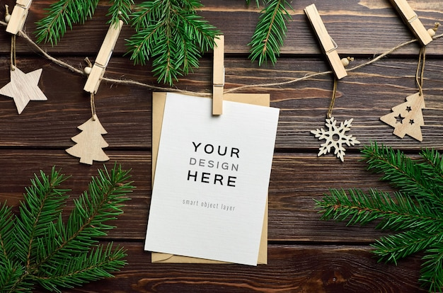 Макет поздравительной открытки с рождественскими деревянными украшениями и еловыми ветками Premium Psd