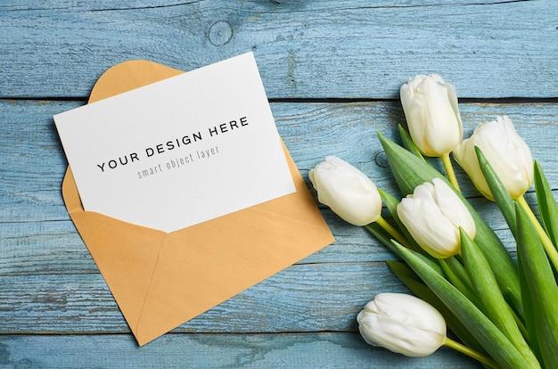 봉투와 튤립 꽃 인사말 카드 모형 프리미엄 PSD 파일