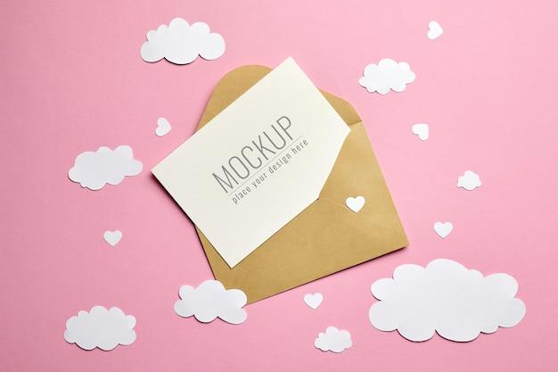 봉투, 종이 구름과 핑크 하트 인사말 카드 모형 프리미엄 PSD 파일