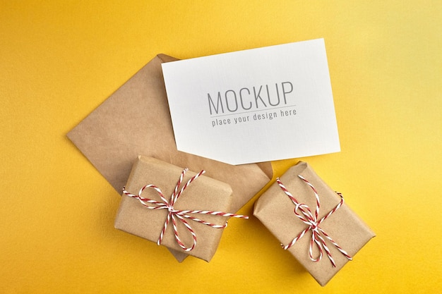 Greeting card mockup with gift boxes on gold paper background Premium Psd