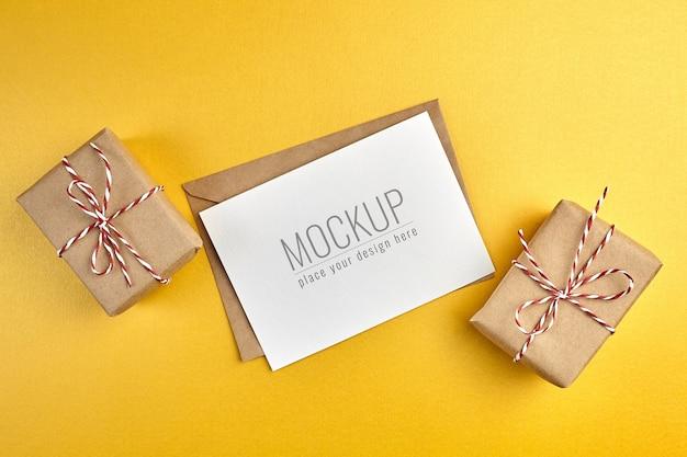 금 종이 배경에 선물 상자 인사말 카드 모형 프리미엄 PSD 파일