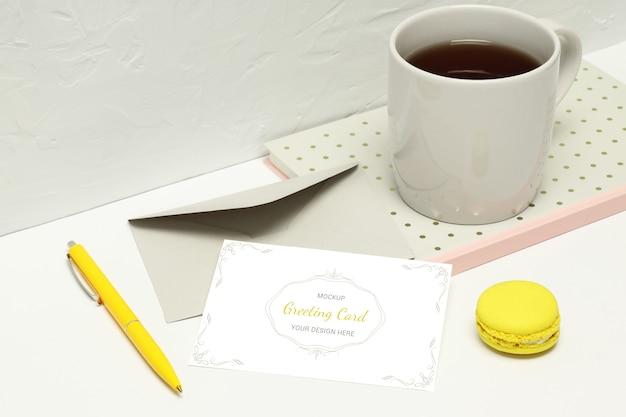 Открытка с нотами, конверт, ручка, макароны и чашка чая Premium Psd