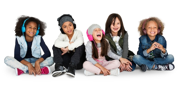 Group of children studio smiling wearing headphones and winter clothes Premium Psd