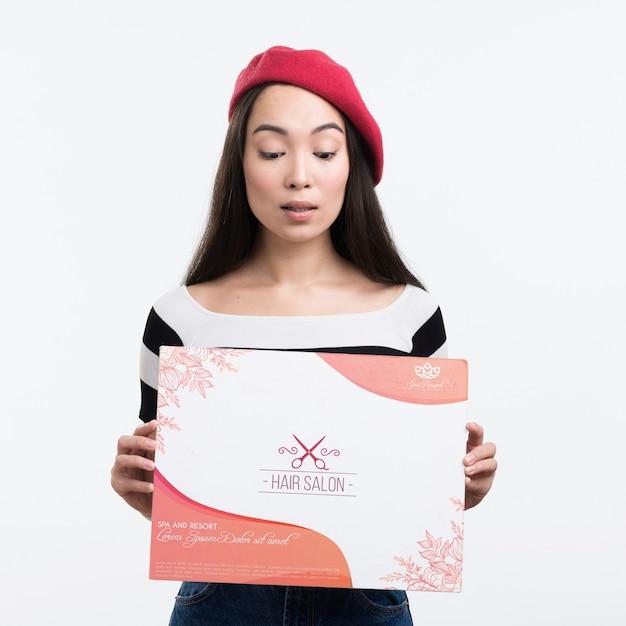 ヘアサロンモックアップ広告とフレンチベレー帽を持つ少女 無料 Psd