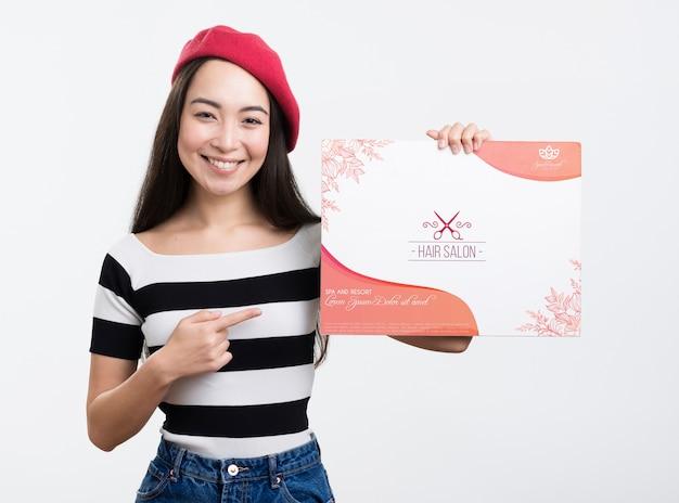 美容室のモックアップ広告と赤いフレンチベレー帽を持つ少女 無料 Psd
