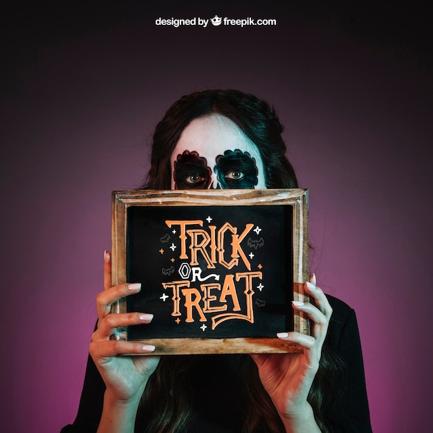 Halloween mockup with girl showing slate Free Psd