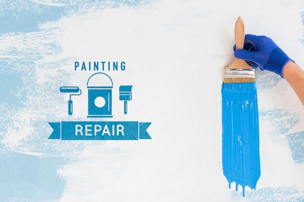 파란색 페인트 모형 브러시를 잡고 손 무료 PSD 파일