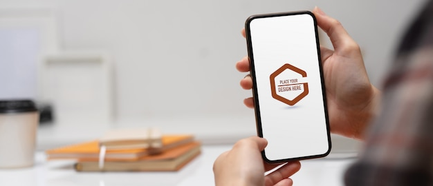 Hand holding mockup of smartphone Premium Psd