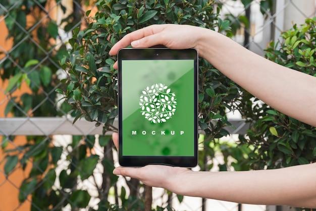Руки держат макет планшета с концепцией садоводства Бесплатные Psd