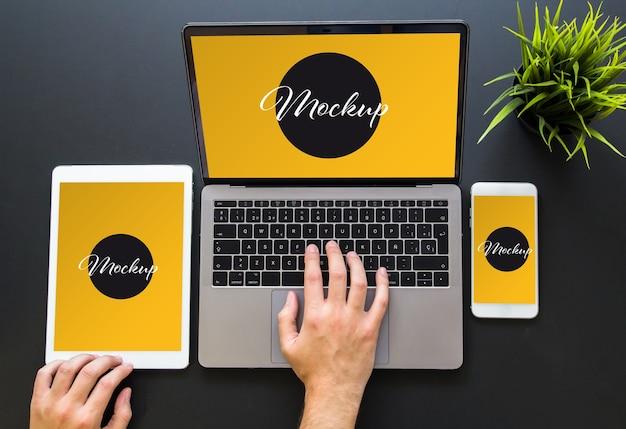 Руки касаются макета адаптивного веб-дизайна Premium Psd