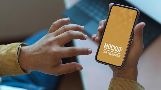 Hands using smartphone mockup on worktable Premium Psd