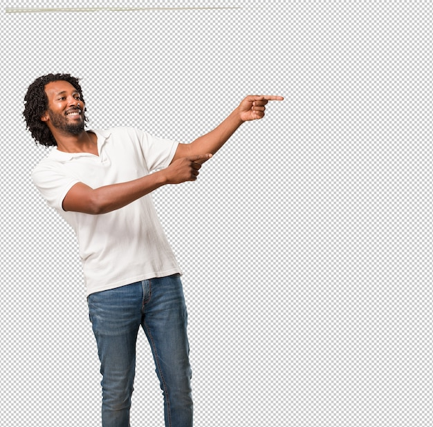 Handsome african american pointing to the side, smiling surprised presenting something, natural and casual Premium Psd