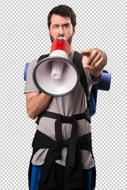 Handsome backpacker holding a megaphone Premium Psd