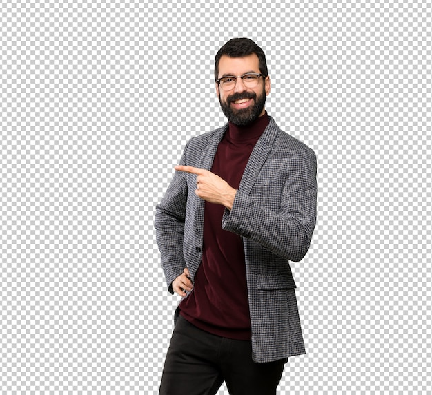 Handsome man with glasses pointing to the side to present a product Premium Psd