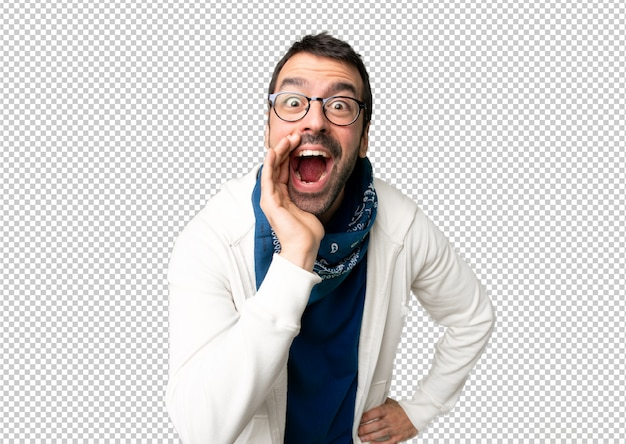 Handsome man with glasses shouting with mouth wide open to the lateral Premium Psd