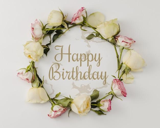 С днем рождения макет и венок из цветов Бесплатные Psd