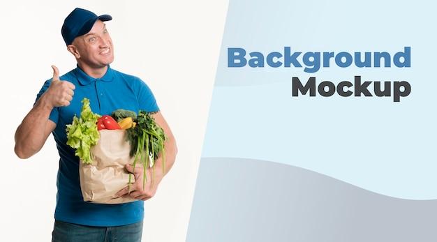 食料品の袋を持って幸せな配達人 無料 Psd