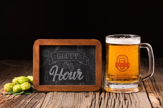 Happy hour sign with beer mug beside Free Psd