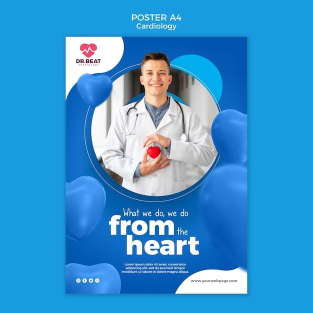 Счастливый медик держит плакат с игрушечным сердцем Бесплатные Psd