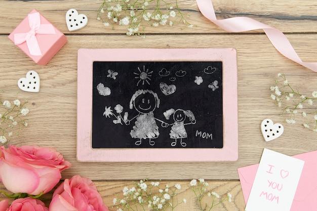 Счастливый день матери с рисунком на доске и розами Бесплатные Psd