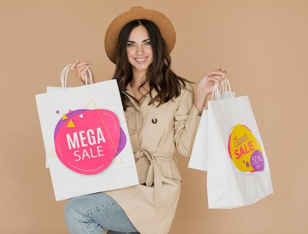 Счастливая женщина с сумками Premium Psd