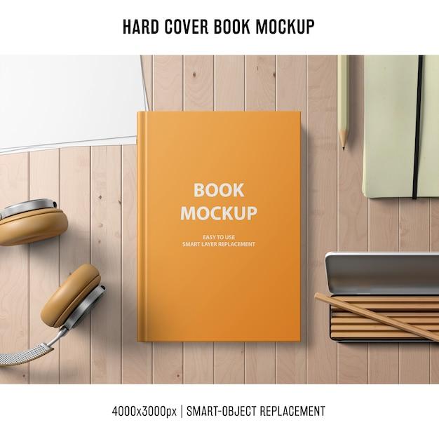 ヘッドフォンと鉛筆を使ったハードカバーブックモックアップ 無料 Psd