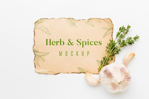 Mock-up di erbe e spezie con aglio Psd Gratuite