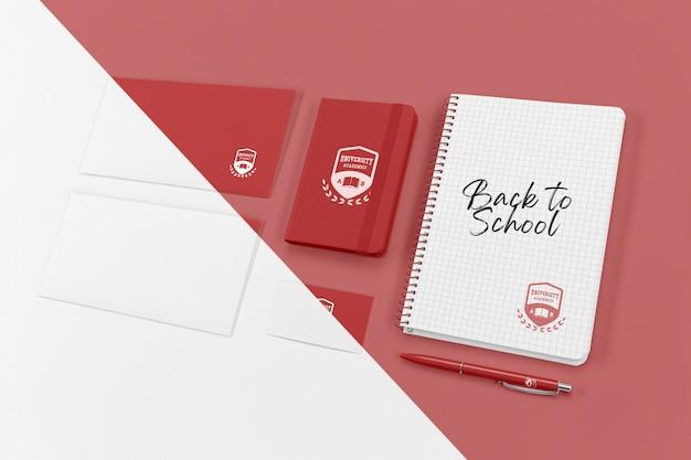 Angolo alto di elementi essenziali per il ritorno a scuola con il taccuino Psd Gratuite