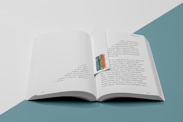 ハイアングルブックマークと開いた本のモックアップ 無料 Psd