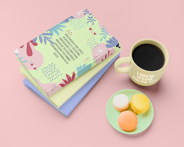 Высокий угол книги с макаронами и кофе Бесплатные Psd